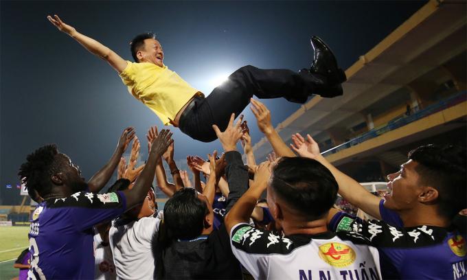 Các cầu thủ Hà Nội tung hô bầu Hiển sau khi đội bóng thủ đô hạ SLNA 2-0 lên ngôi vô địch V-League 2018 sớm năm vòng đấu. Ảnh: Lâm Thỏa.