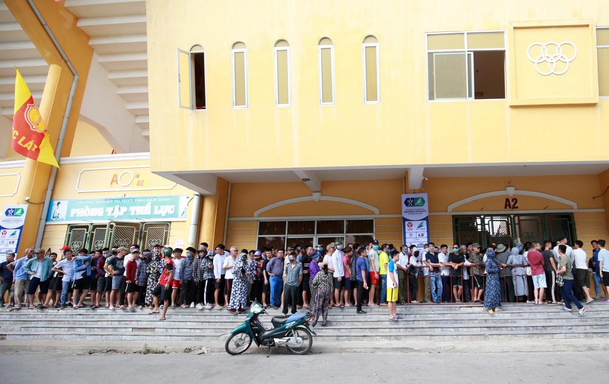 CĐV Nam Định chen nhau mua vé xem bóng đá