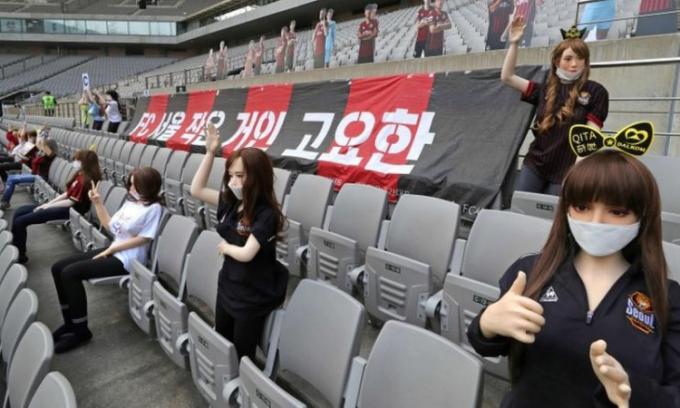 FC Seoul dùng ma-nơ-canh để khán đài bớt trống vắng do thiếu khán giả nhưng bị phản tác dụng. Ảnh: EPA.