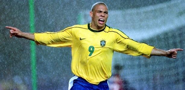 Ronaldo mừng bàn mở tỷ số cho Brazil.