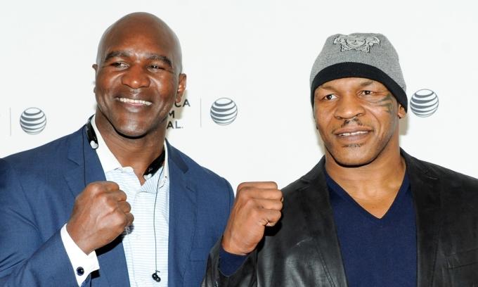Holyfield (trái) và Mike Tyson hiện vẫn gặp nhau ở các sự kiện quyền Anh lớn. Cả hai tỏ ra vui vẻ và trò chuyện thân mật. Ảnh: AP.