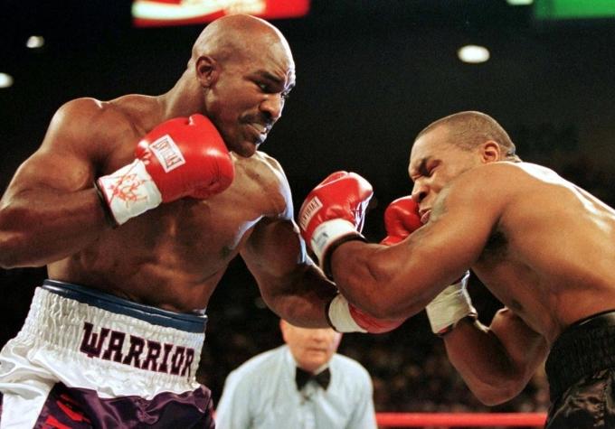 Holyfield (trái) trong trận đấu với Mike Tyson. Ảnh: Reuters.