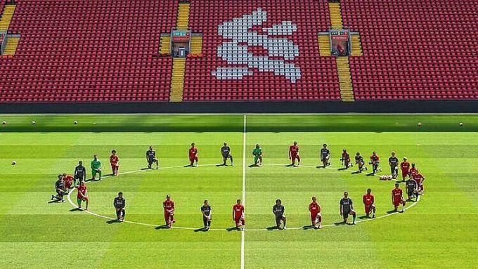 Toàn đội Liverpool quỳ gối để phản đối nạn phân biệt chủng tộc. Ảnh: Sky.