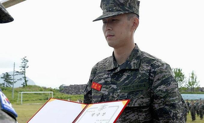 Son nhận giải thưởng khóa huấn luyện quân sự. Ảnh: REX.