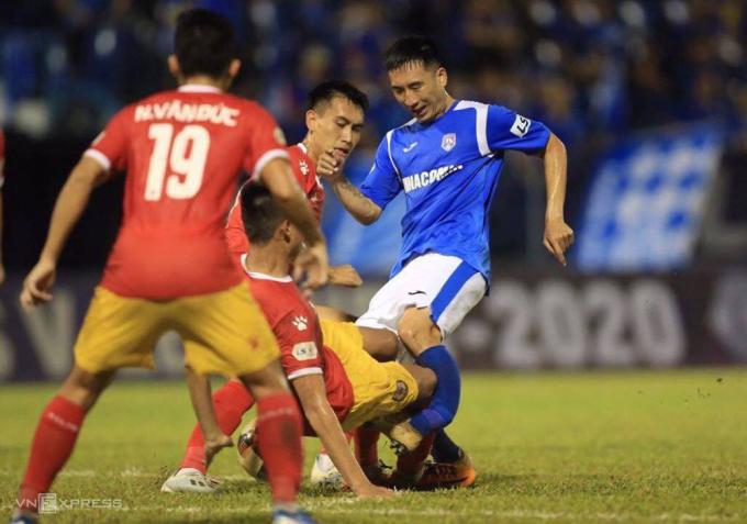 Pha va chạm với Hoàng Lâm khiến Hải Huy gãy chân trong trận đấu trên sân Cẩm Phả ngày 6/6.
