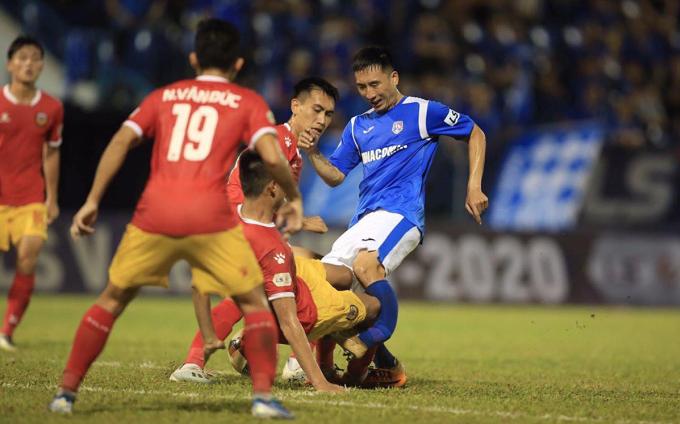 Pha va chạm khiến Hải Huy gãy chân trong trận đấu trên sân Cẩm Phả ngày 6/6.