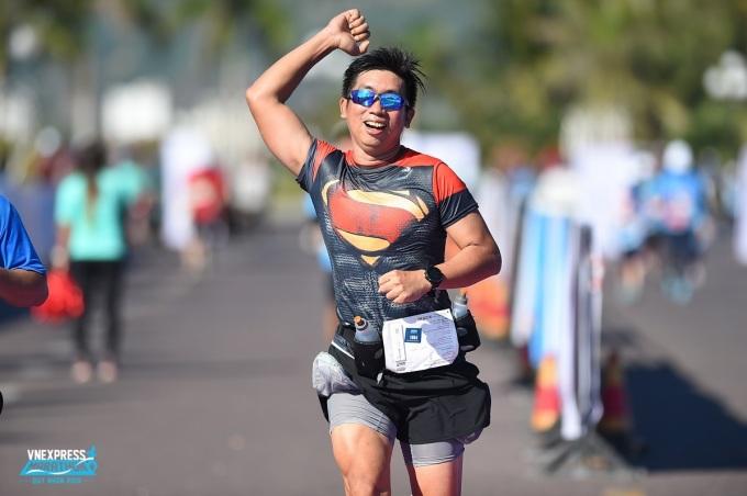 Niềm vui của vận động viên khi về đích VnExpress Marathon Quy Nhơn 2019.