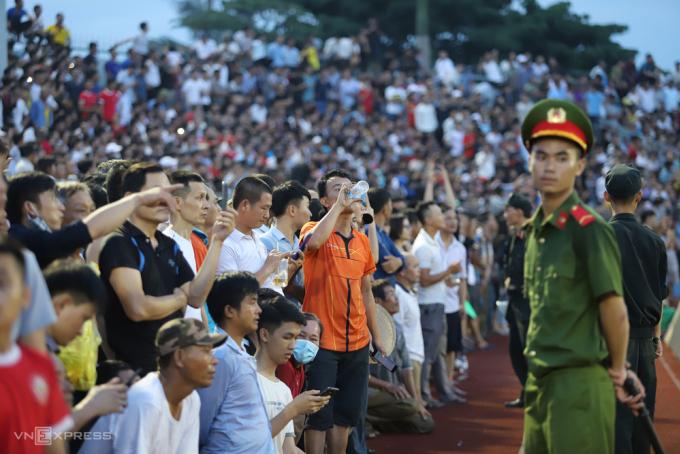 CĐV tràn xuống sân trong trận Hà Tĩnh hoà Hà Nội 1-1 ngày 12/6. Ảnh: Đức Hùng