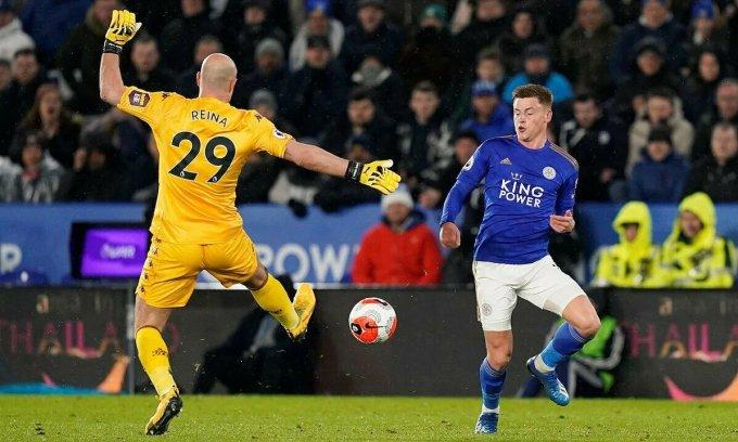 Trận Leicester (áo xanh) - Aston Villa diễn ra ngay trước khi Ngoại hạng Anh bị gián đoạn. Ảnh: Reuters.