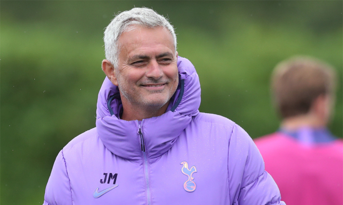 Mourinho vui vẻ trong buổi tập cuối của Tottenham hôm 18/6, trước khi đấu Man Utd hôm nay. Ảnh: TH.