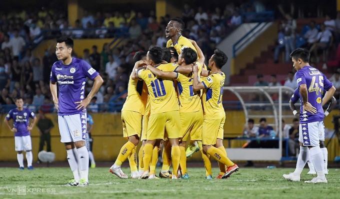 Các cầu thủ SLNA mừng bàn thắng trong trận đấu với Hà Nội ở vòng 5 V-League hôm 18/6. Ảnh: Giang Huy.