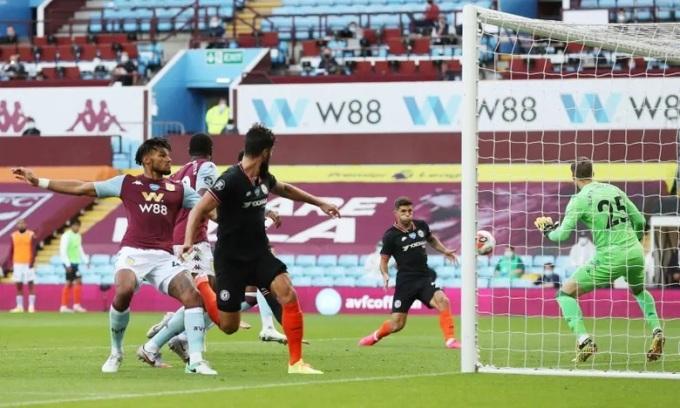 Hàng thủ Villa bỏ quên Pulisic ở bàn gỡ hòa của Chelsea. Ảnh: Reuters.