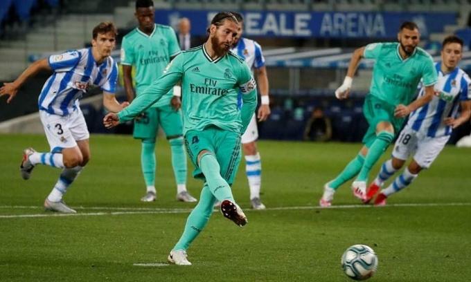 Ramos đá phạt đền mở tỷ số trước Sociedad. Ảnh: EFE.
