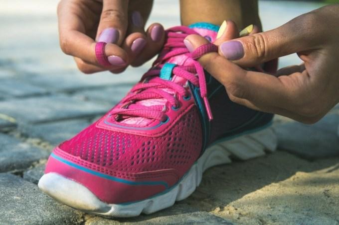 Không nên buộc dây giày quá chặt hay quá lỏng.