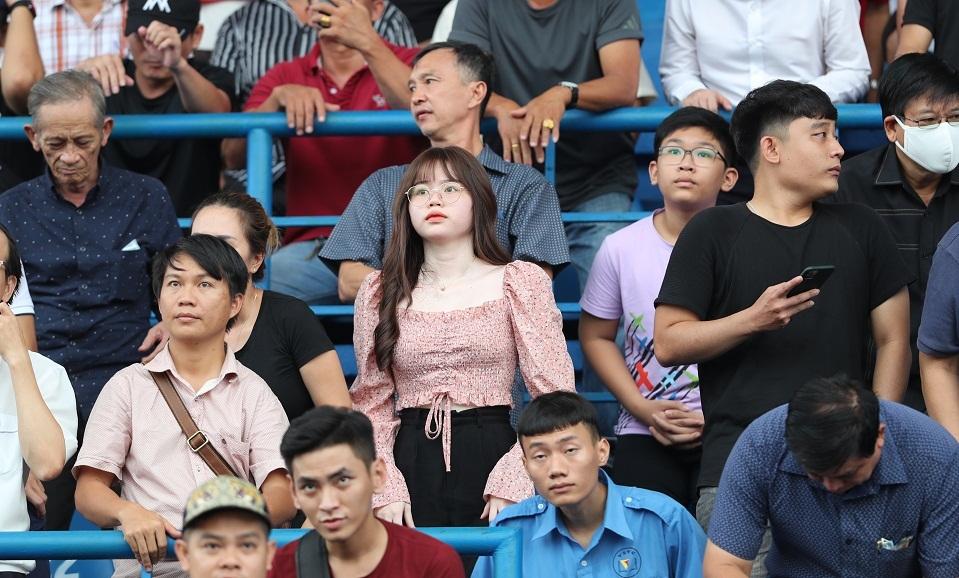 Bạn gái đến sân cổ vũ Quang Hải