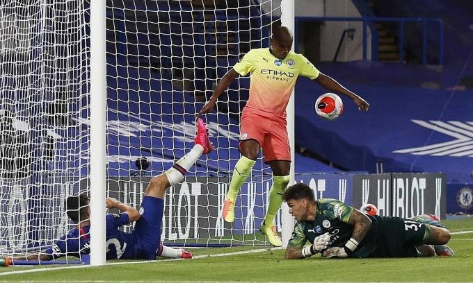 Fernandinho dùng tay cản bóng trái luật. Ảnh: Reuters.