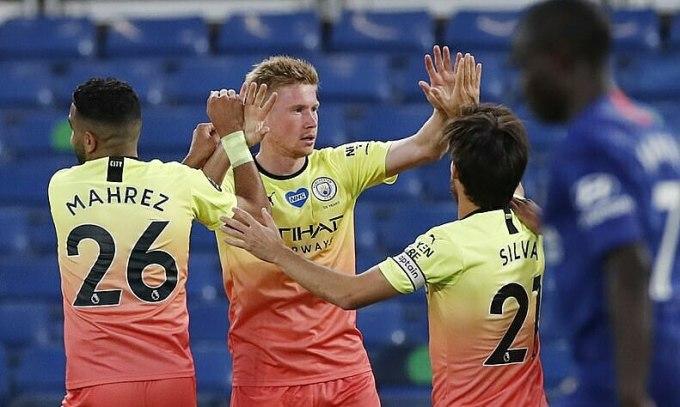 De Bruyne (thứ hai từ trái sang) lại ghi bàn vào lưới đội cũ. Ảnh: Reuters.