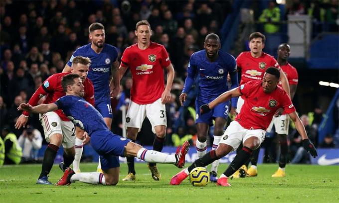 Chelsea (áo xanh) thua Man Utd 0-2 trên sân nhà Stamford Bridge ở Ngoại hạng Anh hôm 18/2. Ảnh: Reuters.