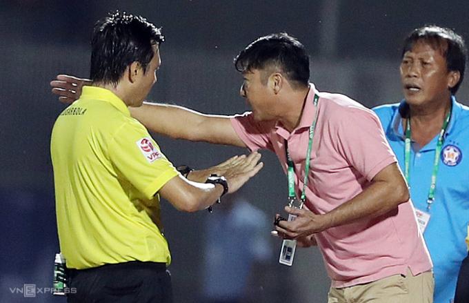 HLV Lê Huỳnh Đức phản ứng trọng tài chính về các tình huống thổi bất lợi cho đội nhà. Ảnh: Đức Đồng.
