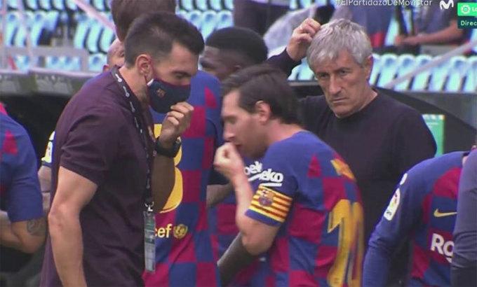 Messi tranh luận với trợ lý HLV