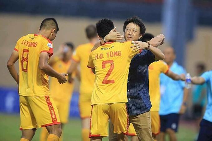 HLV Nguyễn Thành Công mừng bàn thắng cùng các học trò. Ảnh: Lâm Đồng.