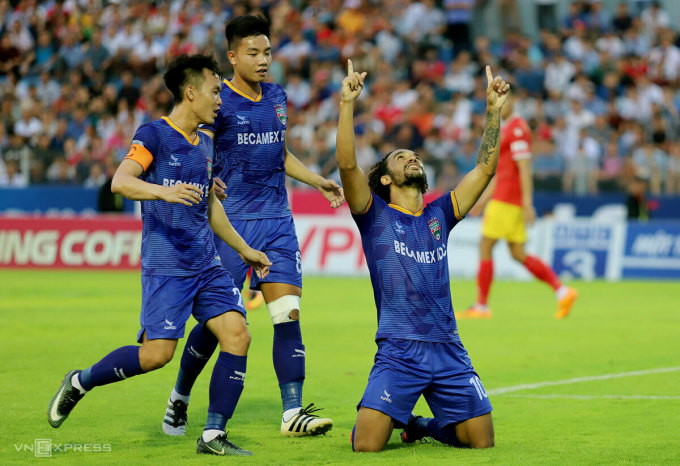 Gustavo ăn mừng sau khi ghi bàn gỡ hòa 1-1 cho Bình Dương. Ảnh: Đức Hùng