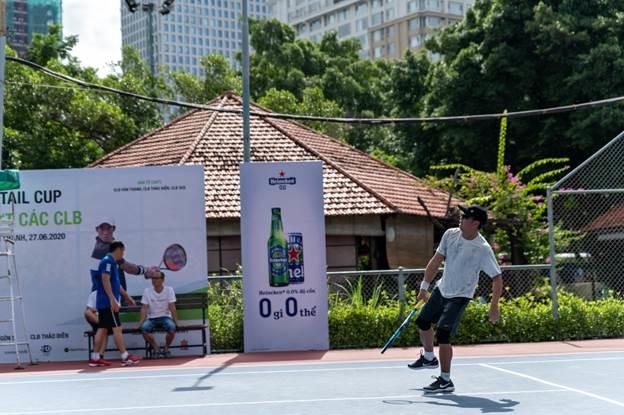 Các tay vợt thi đấu dưới trời nắng nóng của TP HCM.