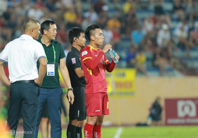 Hồ Tuấn Tài chờ bogs ra điên để vào sân lại, sau khi bị thay ra nhầm trong trận đấu trên sân Thiên Trường ngày 30/6.