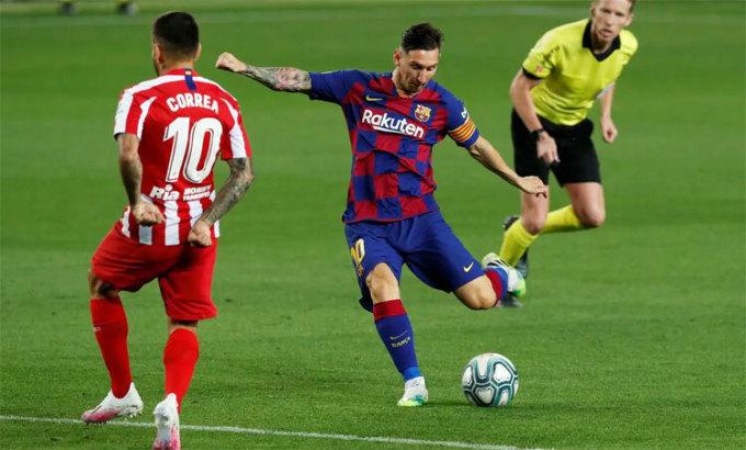 Messi vào sân với kiểu tóc mới. Ảnh: Reuters.