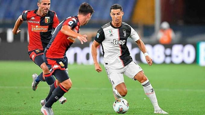 Ronaldo bị kèm chặt trong 74 phút có mặt trên sân. Ảnh: AP.