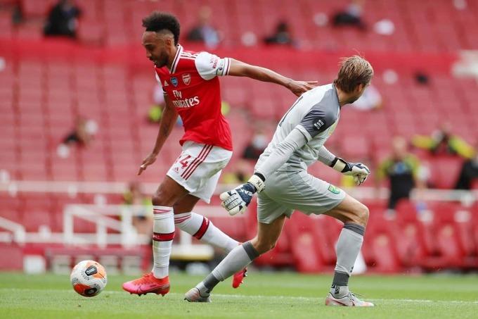 Arsenal vùi dập đội bét bảng