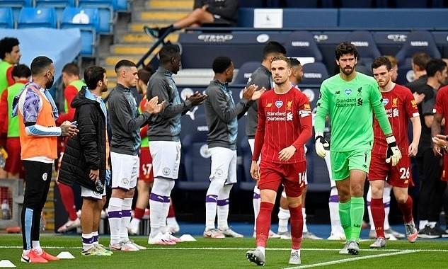 Jordan Henderson dẫn đầu đội Liverpool đi qua hàng chào danh dự. Ảnh: AFP.