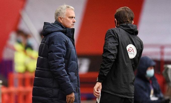 Mourinho cho rằng VAR có quyền cao hơn trọng tài chính. Ảnh: Reuters.