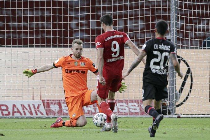 Pha bấm bóng của Lewandowski giúp Bayern có bàn thứ tư. Ảnh: AP.