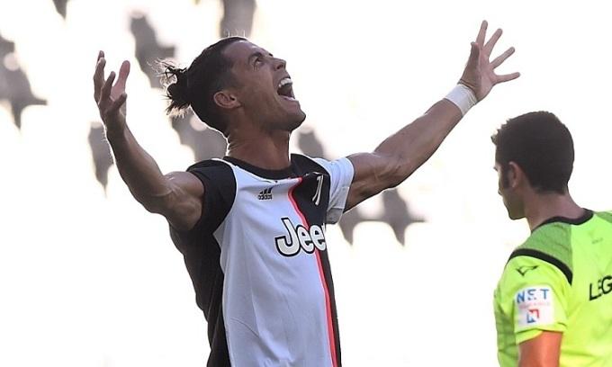 Ronaldo phá dớp khi ghi bàn đá phạt đầu tiên cho Juventus. Ảnh: AFP.