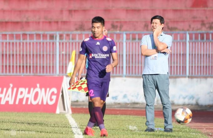 HLV Vũ Tiến Thành chỉ đạo cầu thủ Sài Gòn trong trận thắng 2-0 trên sân Lạch Tray ngày 5/7.