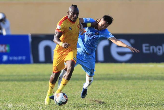 Ngay khi được đẩy lên đá tiền đạo, trung vệ Ewonde dính chấn thương, khiến sách lược rót bóng bổng vào vòng cấm đối phương của Thanh Hoá phá sản.