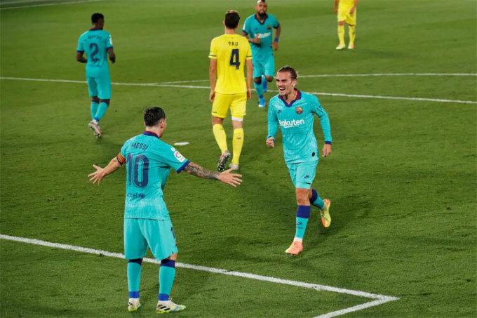 Griezmann chia vui với Messi sau bàn thắng ngoạn mục.