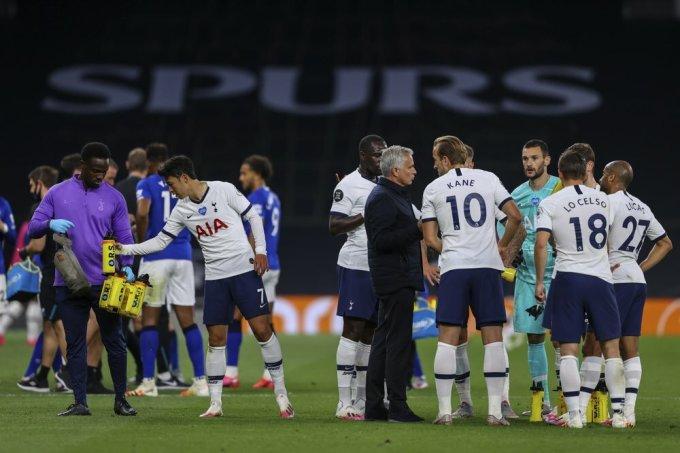 HLV Mourinho (đen) chỉ đạo học trò giữa trận đấu với Everton. Ảnh: AP.