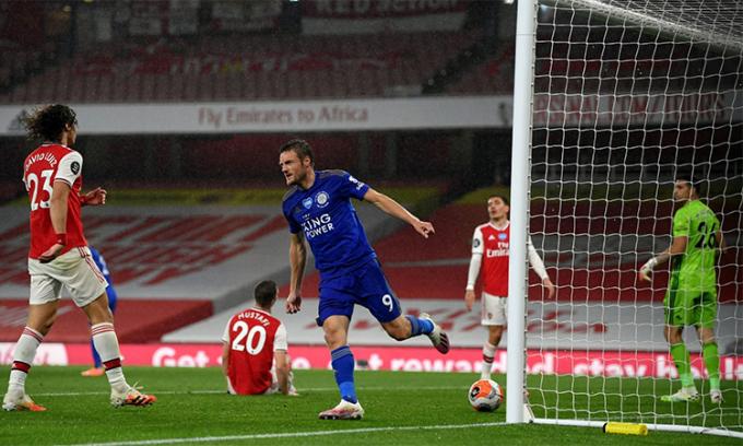 Arsenal để vuột chiến thắng trước Leicester