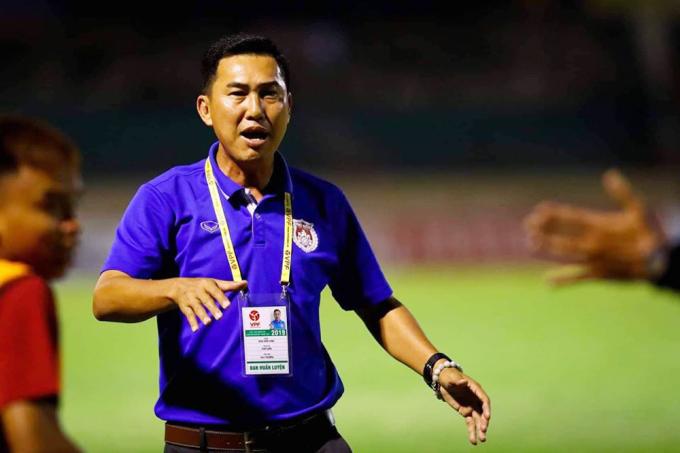 HLV Hứa Hiền Vinh phải ngồi ngoài hai trận sau pha va chạm với cầu thủ An Giang. Ảnh:Phố Hiến