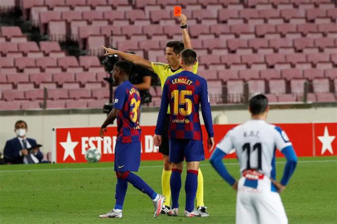 Trọng tài rút hai thẻ đỏ trong trận derby Catalonia.