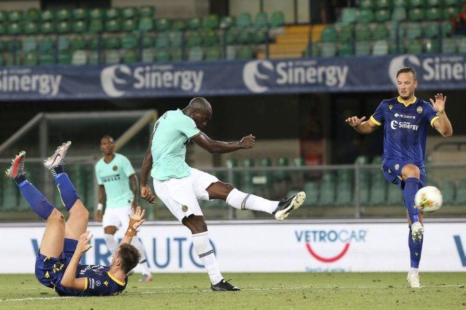 Lukaku (quần trắng) chơi nổi bật trong trận hòa của Inter. Ảnh: AP.