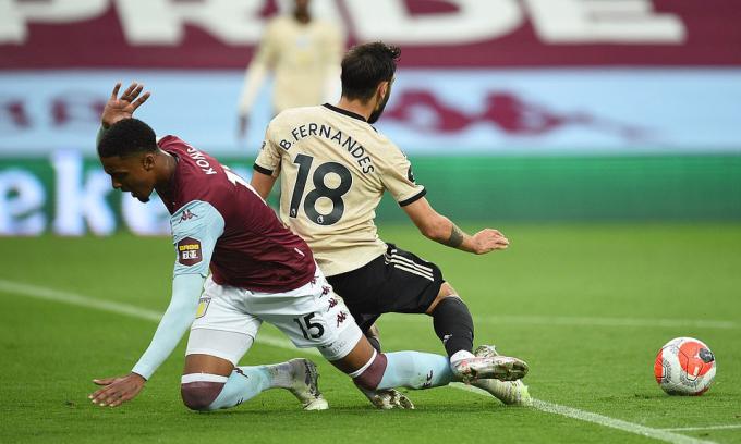 Fernandes kiếm về phạt đền và thực hiện thành công trong trận gặp Aston Villa. Sự xuất hiện của tiền vệ này chính là điểm khởi đầu cho quá trình Man Utd hồi sinh. Ảnh: 2020 Pool.