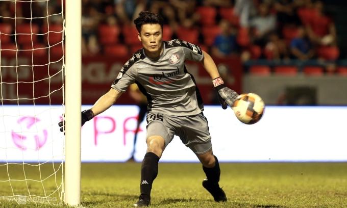Bùi Tiến Dũng chơi chắc chắn và giữ sạch lưới trong trận bắt chính đầu tiên ở V-League mùa này. Ảnh: Lâm Thỏa.