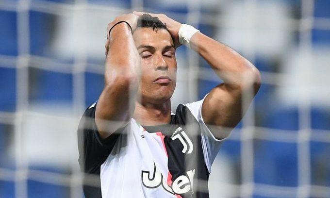 Nỗi thất vọng của Ronaldo khi anh phung phí cơ hội. Ảnh: Reuters.