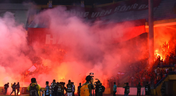 CĐV Hải Phòng khiến sân Hàng Đẫy chìm trong pháo sáng ở mùa giải 2019.