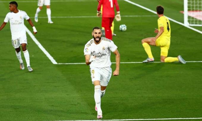 Benzema mừng bàn thắng thứ 20 ở La Liga mùa này. Ảnh: Reuters.