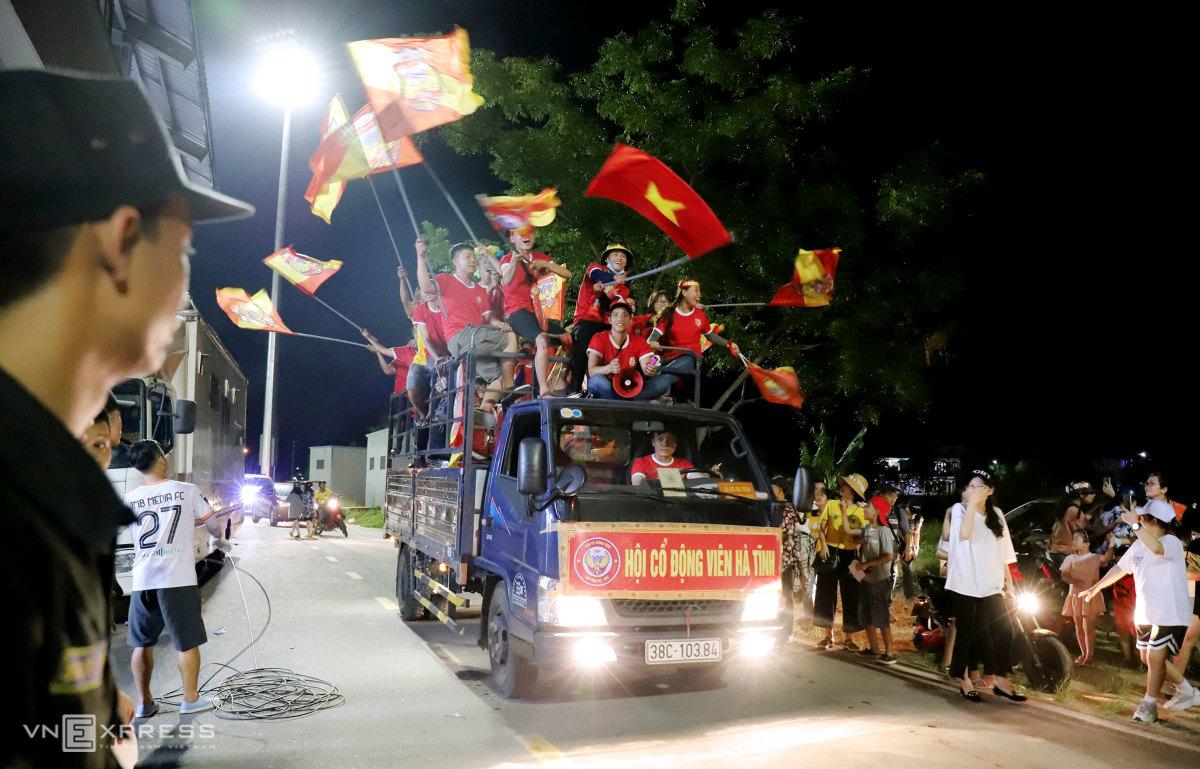 CĐV Hà Tĩnh ăn mừng như vô địch V-League