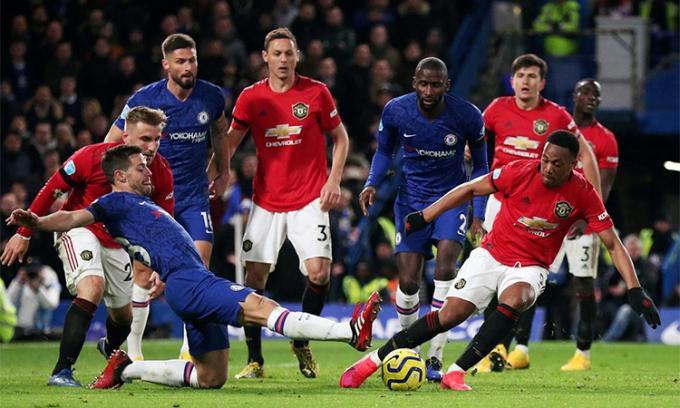 Martial thoát khỏi sự truy cản của Azpilicueta trong trận Man Utd thắng Chelsea 2-0 tại Ngoại hạng Anh hôm 17/2. Ảnh: Reuters.